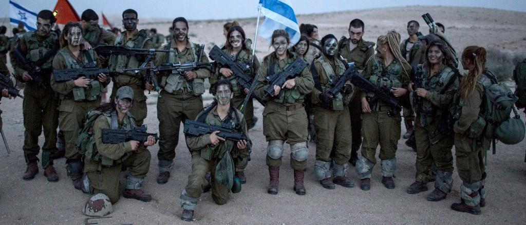 Israëlische soldaten van het 'Karakal' bataljon voorafgaand aan hun afstudeermars nabij Azoz (Israël). Foto: Ilia Yefimovich/Getty Images