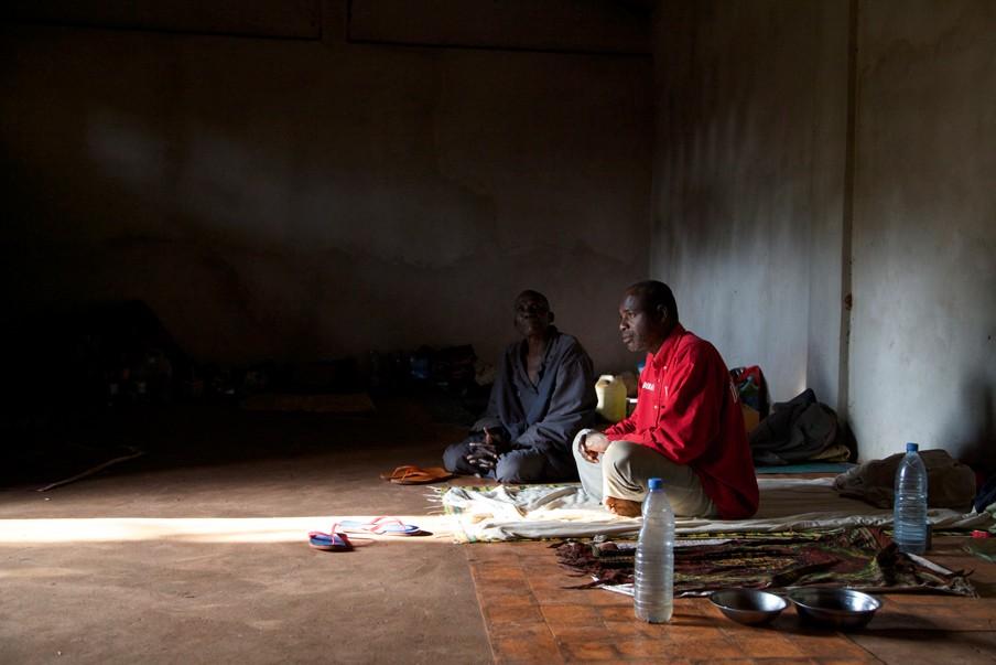 Abdullahi Moussa (45) wacht in de kerk tot hij zijn familie weer kan opzoeken. Foto: Anna Mayumi Kerber