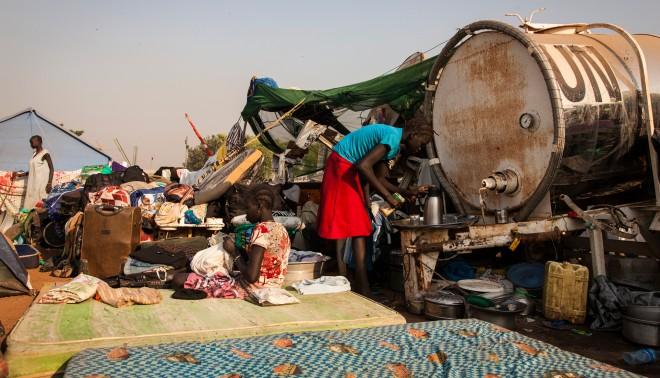 'De Nuer die weten te ontkomen vluchten massaal naar de VN-basis vlak bij het internationale vliegveld in de Zuid-Soedanese hoofdstad Juba.' Foto: Adriane Ohanesian