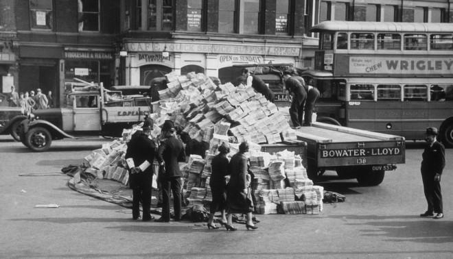 24 september 1937. Een berg kranten die van de vrachtwagen is gevallen in het centrum van Londen. Foto: Getty Images