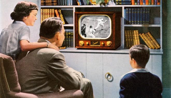 Een illustratie uit de jaren '50 van een moderne Amerikaanse familie die samen een hockbal wedstrijd kijkt op hun gloednieuwe televisie. Foto: Hollandse Hoogte