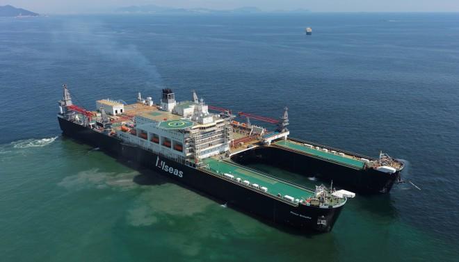 De Pieter Schelte, het grootste schip ter wereld, maakte een proefvaart buiten de haven van Okpo in Zuid-Korea op 4 september 2014. Het schip begon begin oktober aan zijn tocht naar Rotterdam, waar het wordt afgebouwd. Foto: ANP