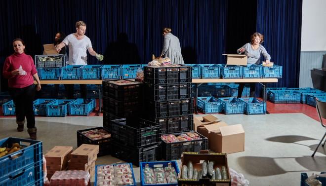 Bij het uitgiftepunt van de Voedselbank in Amsterdam aan de Admiraal de Ruijterweg wordt voedsel verdeeld. Foto: Niels Stomps (voor De Correspondent)