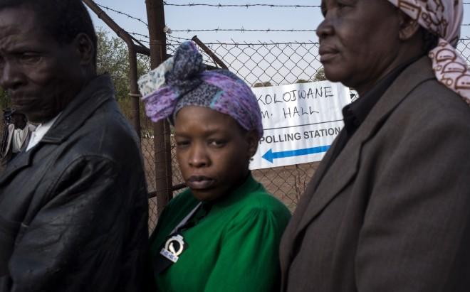 24 oktober 2014: Botswanen wachten in de rij voor het stembureau in Serowe, de geboortestad van Seretse Khama, de eerste Botswaanse president. Foto: Marco Longari/ANP