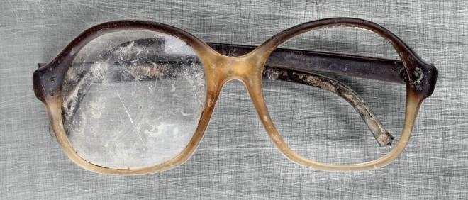 Een bril gevonden in een van de massagraven van tijdens de oorlog in Joegoslavië. Deze persoonlijke eigendommen dienen nog steeds als bewijsvoering tijdens de processen van het Joegoslaviëtribunaal. Foto: Ziyah Gafic/HH
