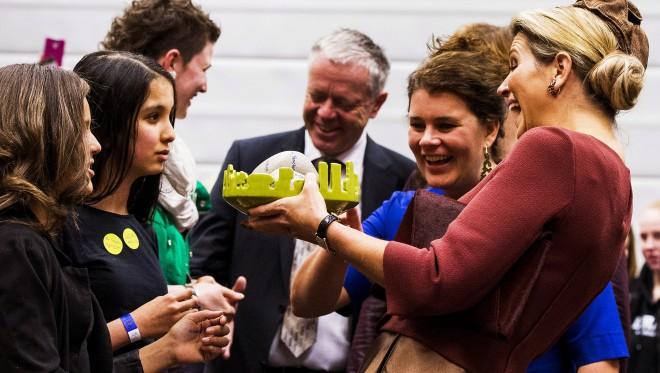 5 februari 2015: Koningin Maxima krijgt een cadeau aangeboden tijdens de opening van Almere On Stage voor VMBO leerlingen. Foto: Remko de Waal/ANP