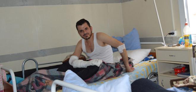 Een patiënt in het tijdelijk veldhospitaal in de Turkse grensplaats Kilis. Foto: Tan Tunali