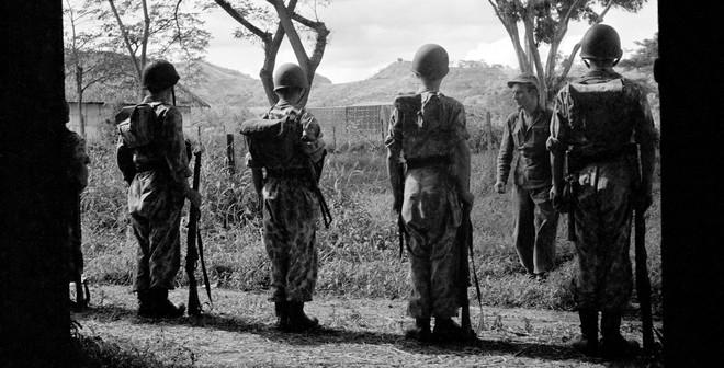 Een groep Nederlandse militairen staan in 1e-lijns gevechtstenue op appèl, Indonesië (1947). Foto: Cas Oorthuys/Hollandse Hoogte
