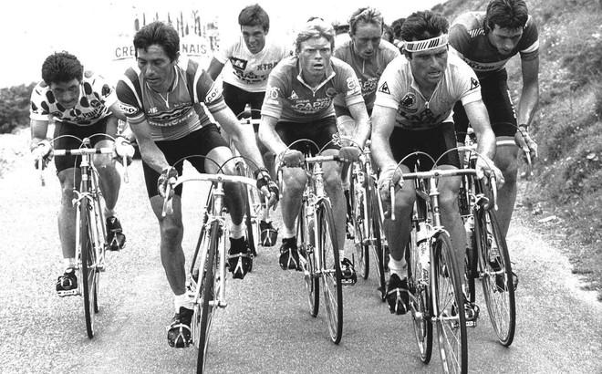 In het midden fietst Peter Winnen tijdens de twaalfde etappe van Florence naar Pau in de Tour de France van 1982. Foto: Jostein Wilmann/AFP