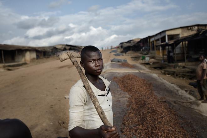 Cacaobonen worden gedroogd in de straten van Kragui in Ivoorkust. Deze foto is onderdeel van de serie 'Cocoa trail: from the bean to the bar.' Foto: Kadir van Lohuizen/NOOR