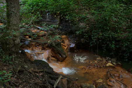 Bovenste foto: Muamer Čivić bij de waterval. Foto: Jodi Hilton.