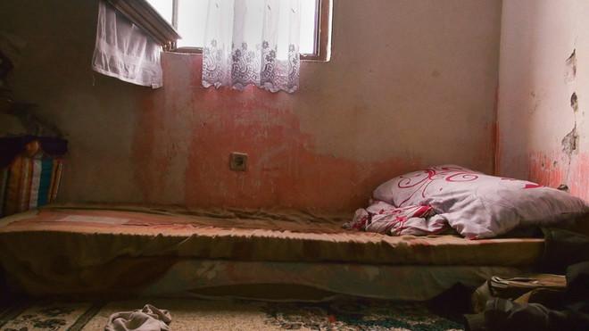 Het bed van Amela, dat zij vaak deelt met haar moeder. Beelden bij dit artikel zijn stills uit de documentaire 'Born Refugee' van Kim Oskam.