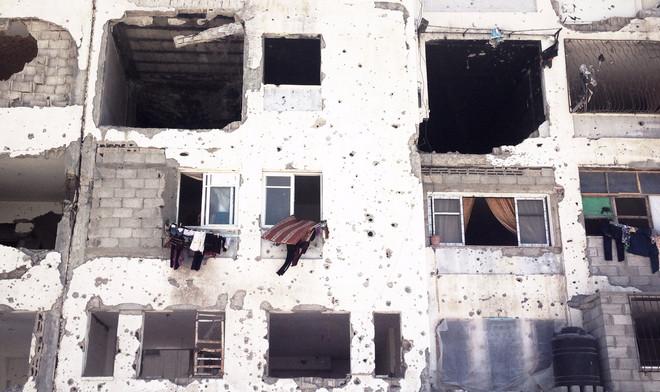 Een appartementenblok vlakbij Erez, de grenspost met Israël in Gaza, dat is verwoest door raketten en bommen. Foto: Annabell Van den Berghe