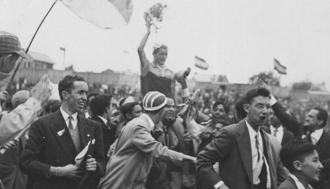 Ramón Hoyos wint de Ronde van Colombia in 1953. Foto: AFP