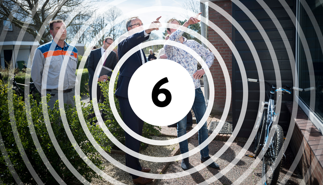 Minister Henk Kamp van Economische Zaken bezoekt een aantal woningen in het aardbevingsgebied in Groningen. Foto: Kees van de Veen / Hollandse Hoogte / bewerking Leon Postma