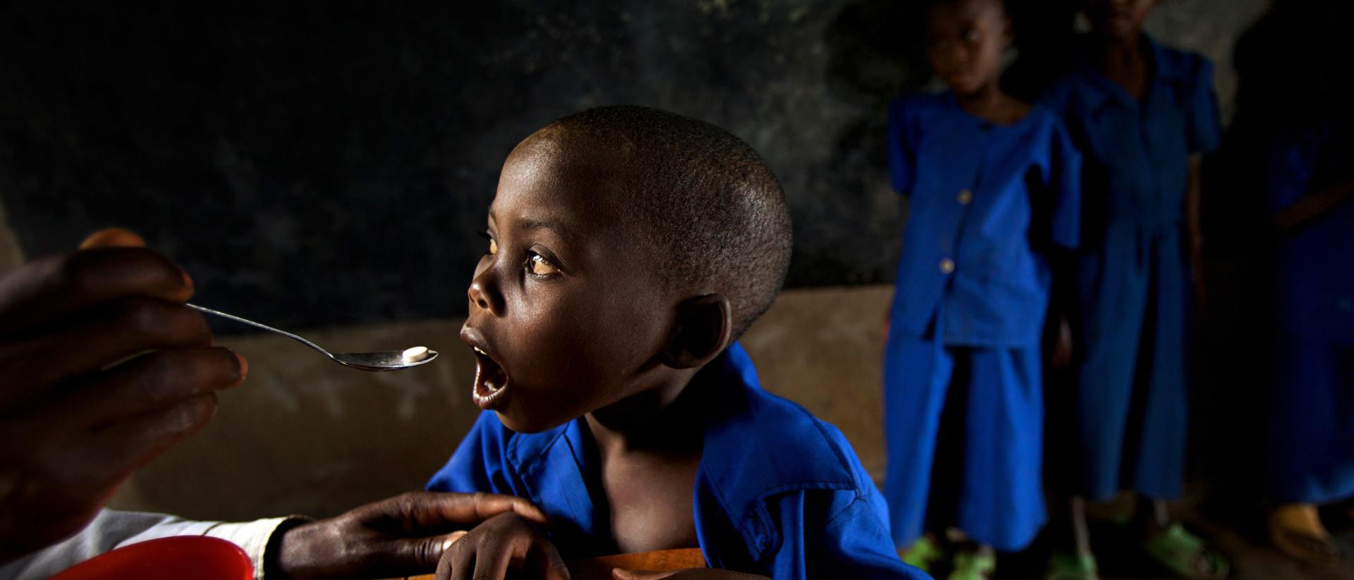 Als we toch met pilletjes tegen ontworming armoede wereldwijd konden bestrijden. Foto: Robin Hammond / Hollandse Hoogte