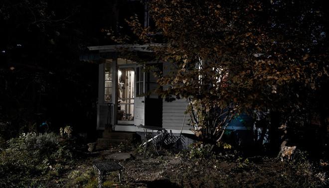 Foto uit een serie over achtertuinen in Harlem bij nacht. Foto: Alessandro Imbriaco / Hollandse Hoogte