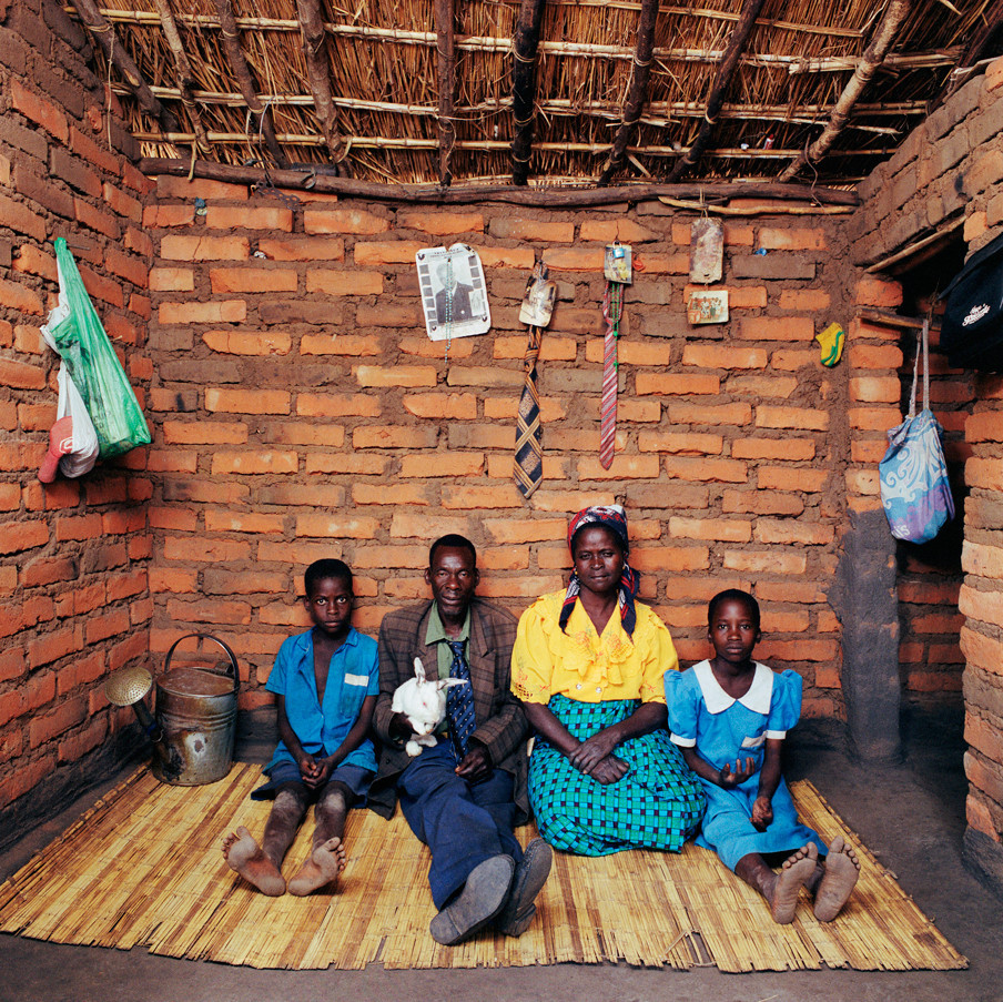 Fanuel Saulos (60) met vrouw Dziko Gidala (53), zoon Kondwani (12) en kleindochter Margelita (14). Dickisoni, 2005.