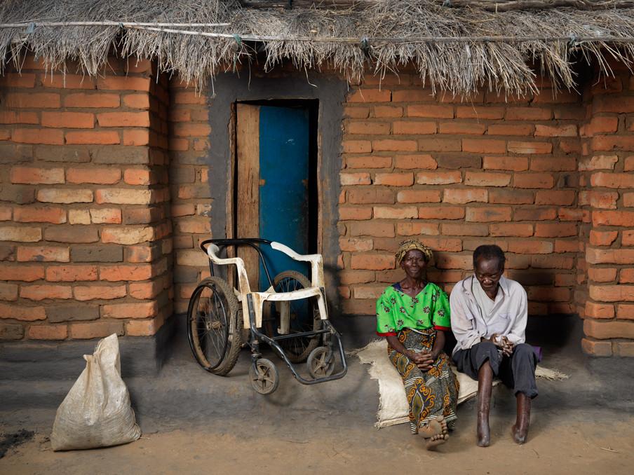 Isimu en zijn vrouw Yosofina in 2005 (foto boven) en in 2015 (foto onder). Hij is de armste man van het dorp. Ooit was hij de rijkste en was hij zelfs in het bezit van een auto. Foto's: Jan Banning