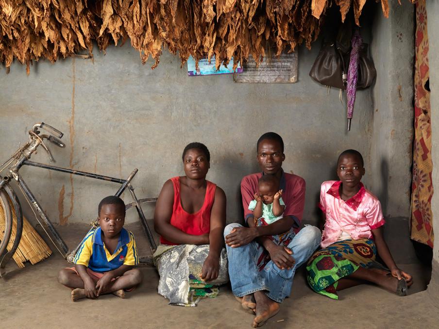 Saulos Fanuel (35) met zijn zoon Jolam (5) en dochters Dorin (op schoot) en Ketilina (11). Dickisoni, 2015. Foto's: Jan Banning
