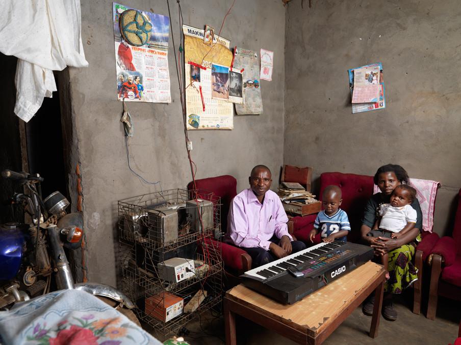 Foto boven: Hammard Andsen in 2005. Foto onder: Hammard Andisen (37), zijn vrouw Emelida Chikwana (33) en de twee jongste van hun vijf kinderen: tweeling Precious (l) en Priscilla (r), beiden drie. Het keyboard is van de kerk. Foto's: Jan Banning
