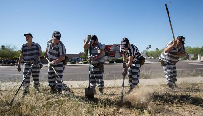 Gevangenen van de Maricopagevangenis in Phoenix (VS) hebben zich vrijwillig aangemeld voor het verrichten van werk in de openbare ruimte. Foto: Scott Houston / Hollandse Hoogte