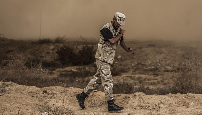Om meer grip te krijgen op het grensgebied Noord-Sinaï heeft het Egyptische leger een bufferzone ingesteld. Hele dorpen worden geëvacueerd en platgebulldozerd, grotere gebouwen worden opgeblazen. Foto: Ali Hasan / Getty Images
