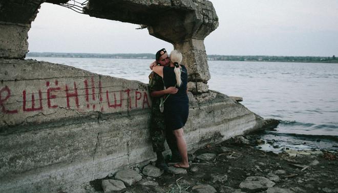 Een soldaat met zijn vriendin in Kurakhovo, augustus 2015. Foto: Christopher Nunn