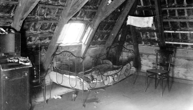 Leef-/werkruimte van een prostituee uit 1919 met doorgezakt bed. Antonie Breestraat, de Wallen, Amsterdam. Beeld: Nationaal Archief-Spaarnestad Foto