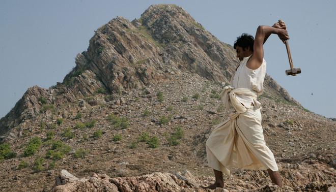 Beeld: Still uit de biopic Mountain Man naar het leven van Dashrath Manjhi. Maya Movies
