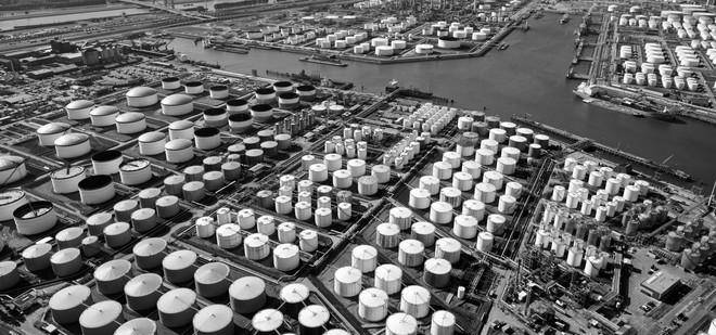 Petrochemische industrie in de Botlek rond de 3e Petroleumhaven, met in de voorgrond de Odfjell Terminal en daarachter de Raffinaderij Rotterdam van Esso Nederland. Foto: Marco van Middelkoop / Hollandse Hoogte