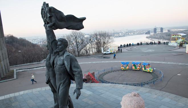 Kiev, 2015 - Een standbeeld uit het Sovjet tijdperk, die onder de 'Friendship of Nations Ark' staat, in het centrum van Kiev. Foto: Joel van Houdt/Hollandse Hoogte