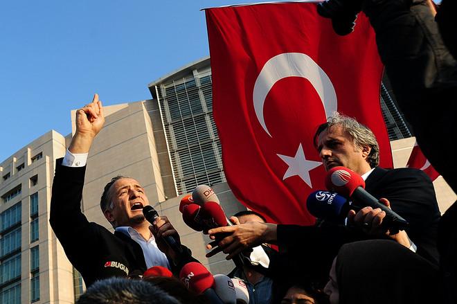 Ekrem Dumanli (l), editor-in-chief van Zaman , Turkijes meest verkochte krant, spreekt met de media tijdens een demonstratie tegen de controversiële invallen op het hoofdkantoor van Zaman op 19 december 2014. Beeld:ANP