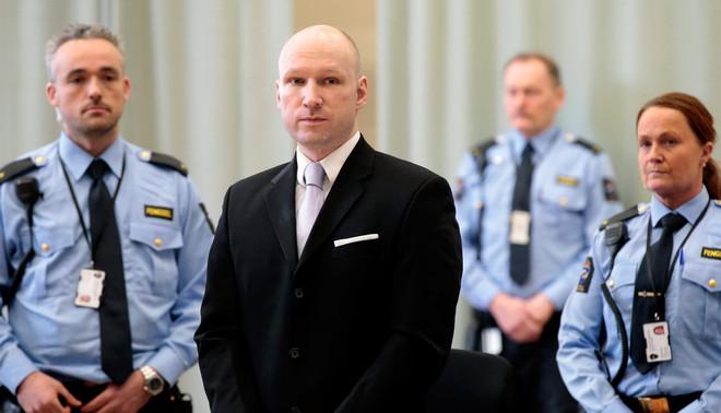 Anders Breivik in de provisorische rechtbank in de gymzaal van de gevangenis in Skien. Foto: Lise Aserud / EPA