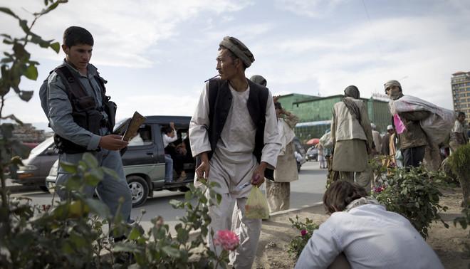 Tientallen drugsgebruikers troepen samen op de middenberm van een van de drukste invalswegen naar Kabul centrum. Foto: Jim Huylebroek