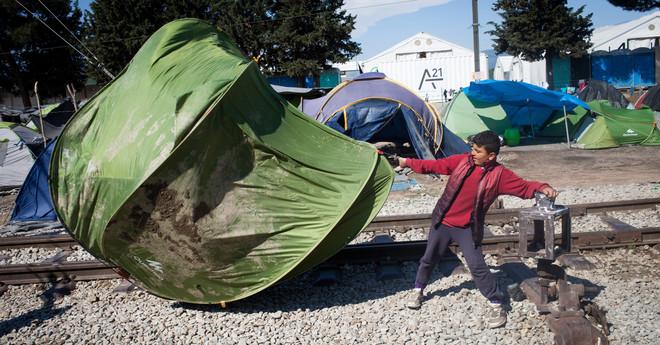Harde wind in het vluchtelingenkamp bij de Griekse stad Idomeni. Foto: Rodrigo Avellaneda / Hollandse Hoogte