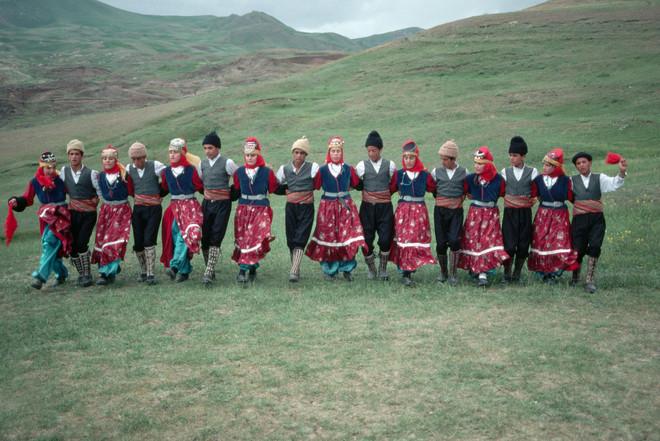 Volksdans in de bergen van Zuidoost-Turkije ergens tussen 1990 en 1996. Foto: Chris Hellier / Corbis