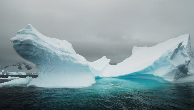 Op Antarctica zie je de meest onaardse ijsformaties. Het ijs is soms al honderden jaren afgebroken van een gletsjer, en werd al die tijd door de zee gesculpteerd. De blauwe kleur is een gevolg van lichtreflectie. In oud, helder ijs kan het licht duizenden keren reflecteren. Enkel het blauwe licht dringt door in het ijs. Andere golflengten van het licht worden door het ijs geabsorbeerd. Foto: Karl Van Ginderdeuren / Hollandse Hoogte
