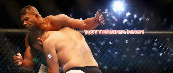 De Nederlandse Alistair Overeem (L) en Andrei Arlovski uit Belarus vechten tijdens  de UFC Fight Night 87 in Ahoy op 8 mei, 2016 in Rotterdam. Foto: Dean Mouhtaropoulos / Getty Images