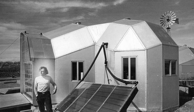 Professor Paul Davis legt uit hoe het huis van zijn buren middels een zonneboiler wordt verwarmd. 23 februari 1974. Foto: Bill Wunsch / The Denver Post via Getty Images