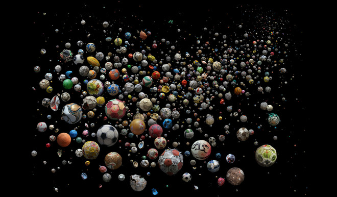 The World uit de serie PENALTY. 769 ballen uit de oceaan gevonden door 89 burgers in 41 verschillende landen van 144 verschillende stranden in vier maanden tijd. Foto: Mandy Barker