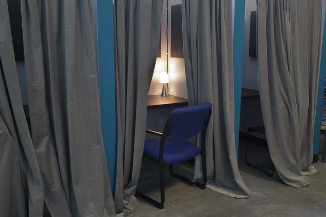Telefoonhokjes bij Freetown Labs in Somerville, Mass. Steeds meer bedrijven gaan over op kantoren zonder muren. Waardoor de privacy van hokjeskantoren verdwijnt. Foto: Suzanne Kreiter / The Boston Globe via Getty Images