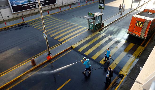 Op het Atatürkvliegveld aan het begin van de middag, na de aanslag van dinsdagavond. Foto: Osman Orsal / Reuters