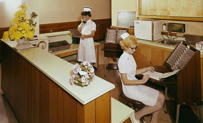 Zusters gaan door de patiëntgegevens in een verpleeghuis in Amerika in de jaren zestig. Foto: Eric Bard / Corbis via Getty Images