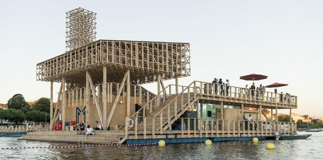 Het tijdelijke Pavilion of Reflections, dat speciaal voor Manifesta 11 in het Meer van Zürich is gebouwd. Foto: Manifesta11 / Eduard Meltzer