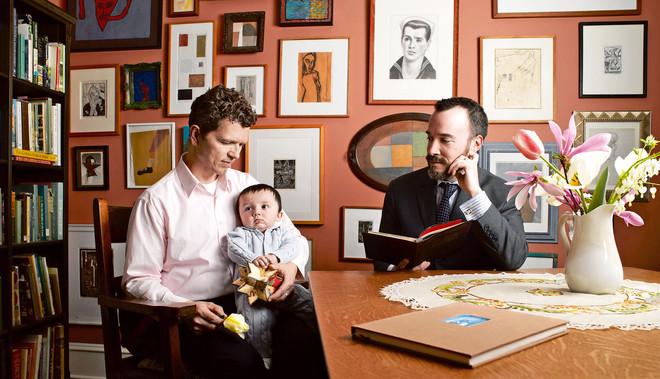 Foto uit het project 'States of Union' van fotografe Alix Smith. Ze portretteerde homogezinnen geïnspireerd in beeldopbouw en stijl op de klassieke schilderkunst waarin maar één vorm van mogelijke gezinssamenstellingen werd verbeeld. © Alix Smith