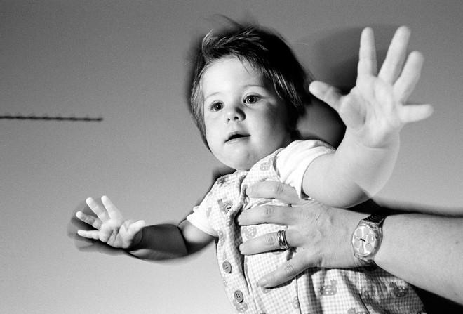 De baby op deze foto is niet Mei. Dit meisje heet Ella en is tijdens haar eerste levensjaar veelvuldig gefotografeerd door haar vader voor het project Ella's first year in 1996. Foto: In Pictures Ltd. / Corbis via Getty Images