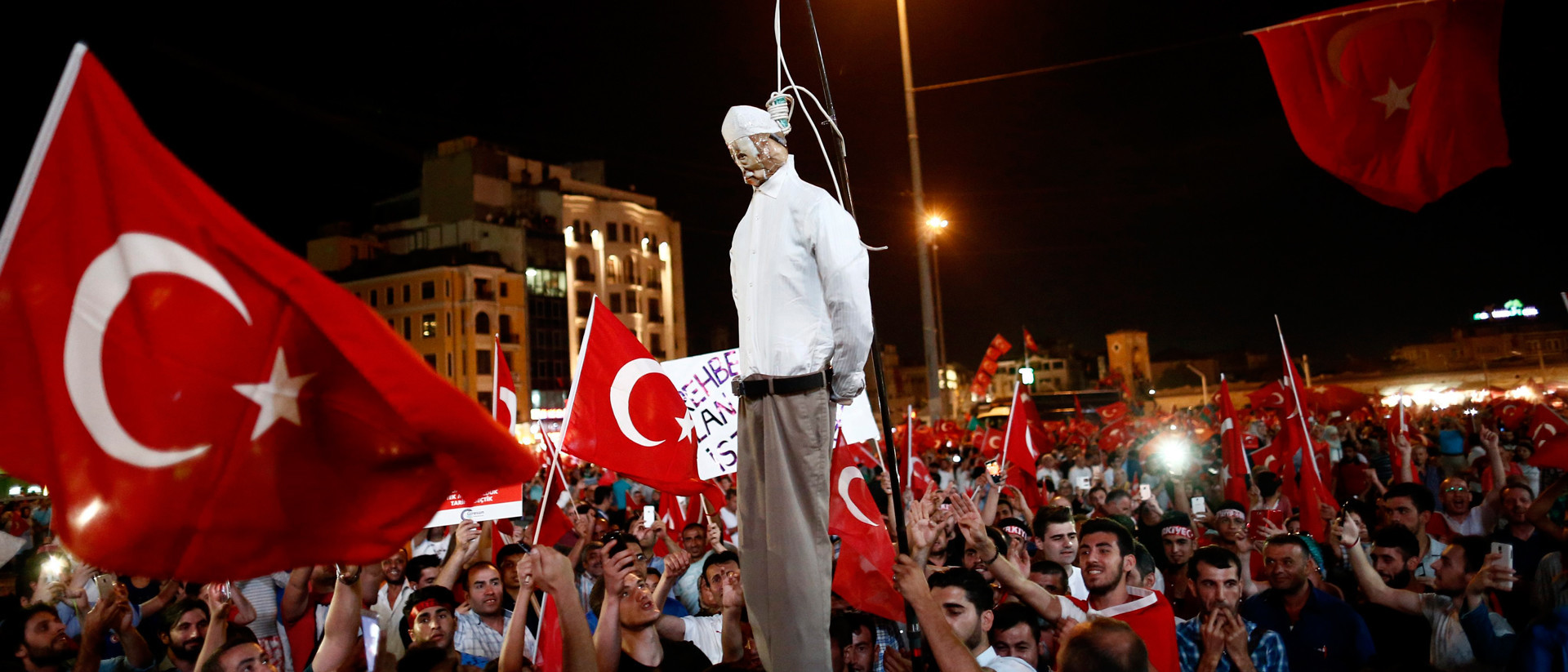 Pro-Erdogan supporters hold up an effigy of Islamic cleric Fethullah Gülen during a demonstration at Taksim Square in Istanbul on July 18, 2016. Photo by Ozan Kose / AFP
