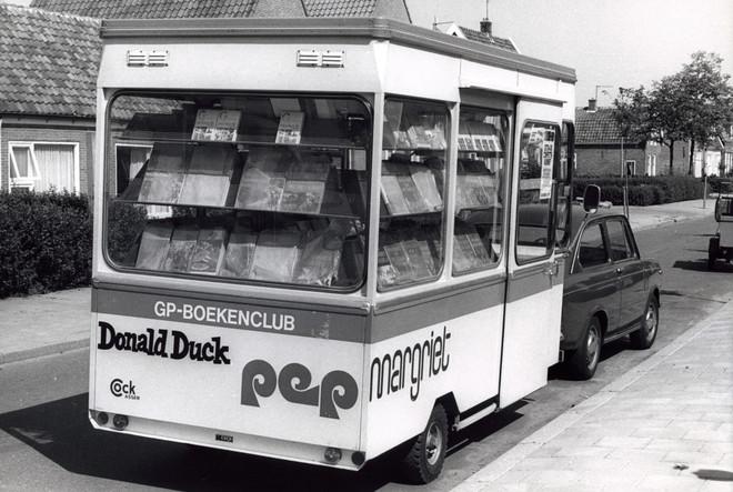 Aanhangwagen van een boekenclub als tevens rijdende tijdschritenkiosk (jaartal onbekend, tussen 1962 en 1975). Foto: Spaarnestad