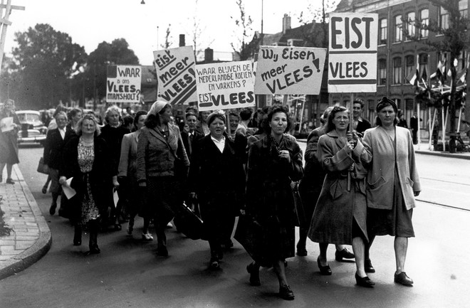 Huisvrouwen houden demonstratie voor meer vlees, augustus 1948. Foto: Spaarnestad Photo / Hollandse Hoogte